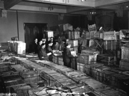 אריזת הספרים שניצלו מספריית סטראשון - 1947. חורבן בחומר וברוח
