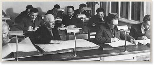 """חוקרים בחדר הקריאה של ספרית ייוו""""א בוילנא"""